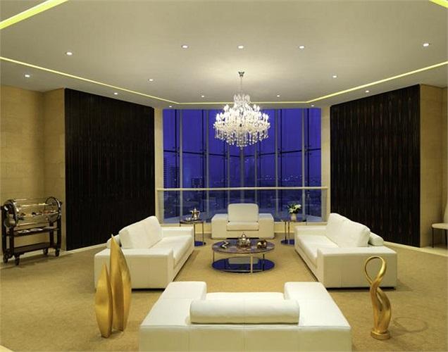 Phòng khách cực kỳ rộng rãi, thoáng đãng với tầm nhìn tuyệt đẹp.