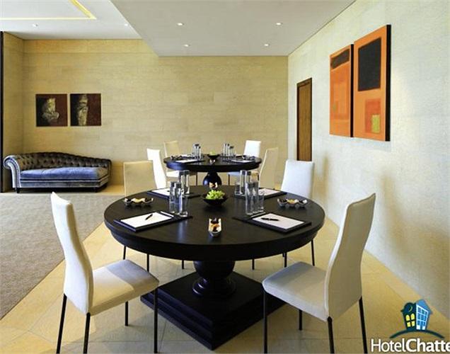 Một bàn ăn nhỏ dành cho những bữa nhanh và đơn giản tại phòng khách.