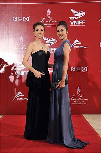 Đó là hai chiếc váy Tăng Thanh Hà mặc trong Liên Hoan Phim Quốc tế Việt Nam lần thứ nhất.