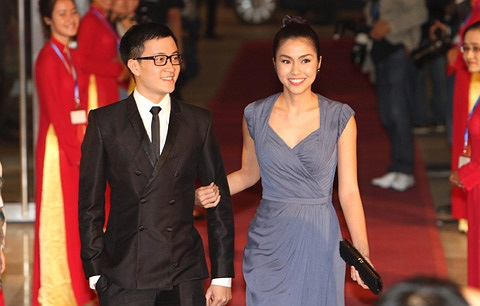 Cả hai chiếc váy đều bị tố là nhái với thương hiệu thời trang dạ hội hàng đầu thế giới Elie Saab.
