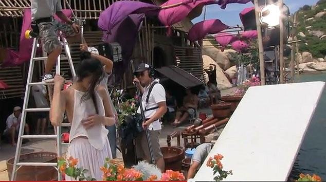 Phút hớ hênh cố tình này của đoàn làm phim và Tăng Thanh Hà ngay lập tức làm nóng các diễn đàn.