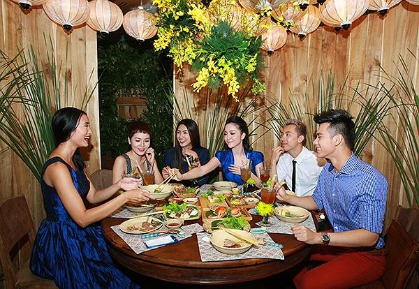 Tăng Thanh Hà cũng Linh Nga vui vẻ với ca sĩ Phương Linh, Hồ Vĩnh Khoa cũng người mẫu Huyền Trang.