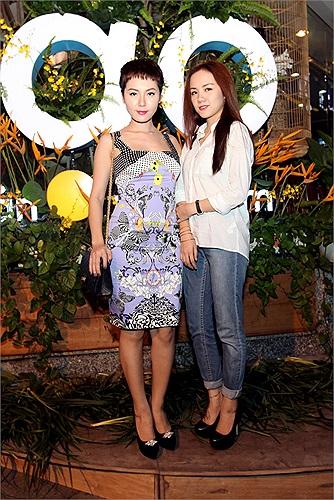 Phương Linh cùng em gái cũng có mặt tại buổi khai trương.