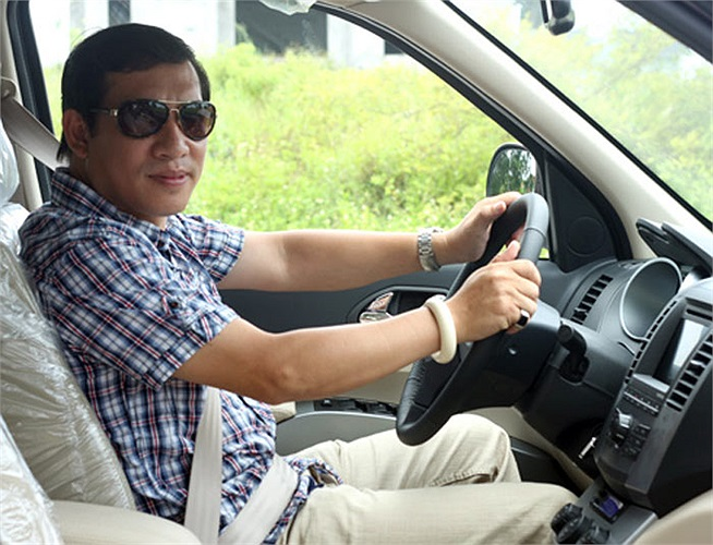 Sau hơn 4 năm gắn bó với chiếc xe nhập Toyota Crown, 'Táo Kinh tế' Quang Thắng đã nâng đời lên xe 7 chỗ nhưng vẫn chọn thương hiệu xe ăn khách Toyota.