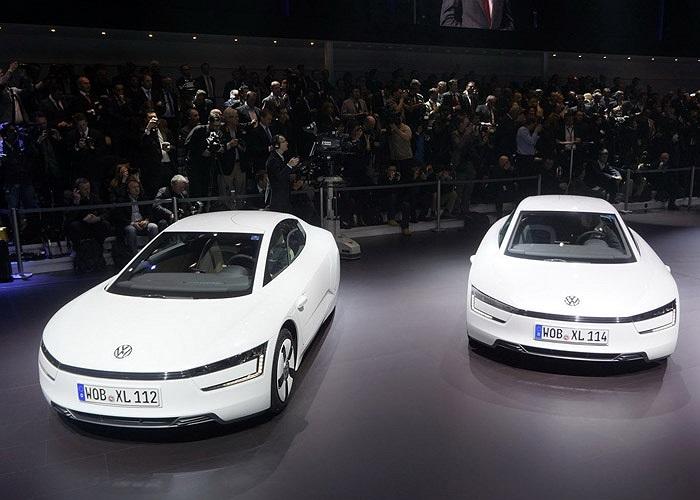 Gây chú ý với kiểu dáng độc đáo và mức tiêu thụ nhiên liệu ít như xe máy 1 lít xăng/100 km, mẫu ôtô Volkswagen XL1 vừa có giá chính thức và đắt như siêu xe.