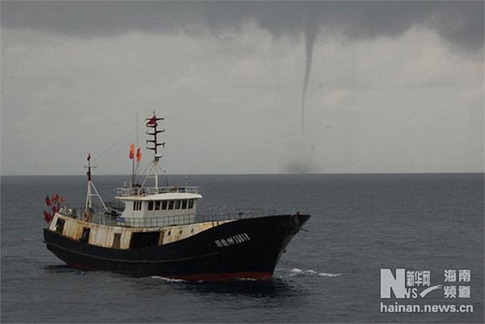Hình ảnh cho thấy tàu cá Trung Quốc gặp vòi rồng khi đánh bắt trái phép ở vùng biển Trường Sa của Việt Nam hôm 17/5