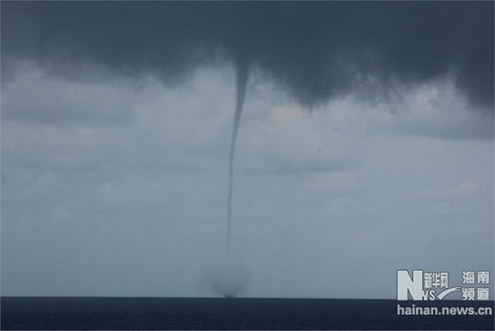 Cận cảnh vòi rồng đen nghịt trên bầu trời Trường Sa hôm 17/5 khiến tàu cá Trung Quốc phải đi lánh nạn