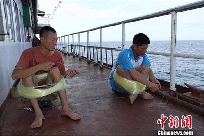 Những ngư dân quấn dây câu chuẩn bị ra đánh bắt