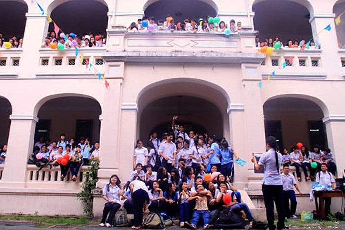 Từ sáng, dưới sân ngôi trường cổ kính bậc nhất Sài Gòn đầy ắp học sinh.