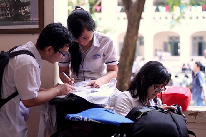 Ký tên lên áo, việc làm không thể thiếu của tuổi học trò trước khi ra trường.
