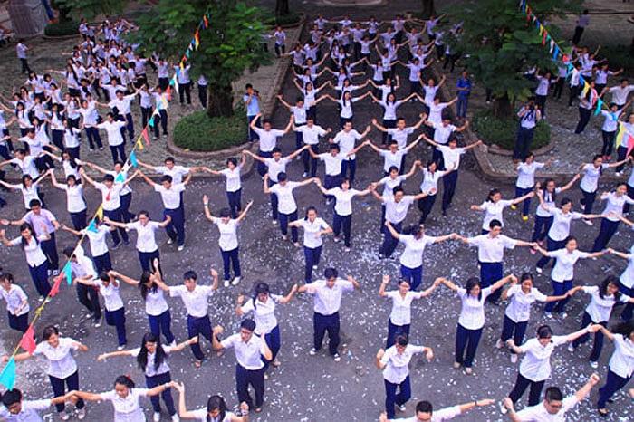 Trong nền nhạc sôi động, điệu nhảy flashmob diễn ra dưới sự cổ vũ cuồng nhiệt của học sinh ba khối.