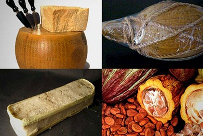 Muối là một trong những loại tiền cổ xưa nhất. Vào thời Trung cổ, muối là một loại tiền được sử dụng ở khu vực sa mạc Sahara, cũng như nhiều nơi thuộc Đông Phi. Ngoài muối, một số vùng còn dùng cả ca cao, củ nghệ gói trong xơ dừa để thay tiền