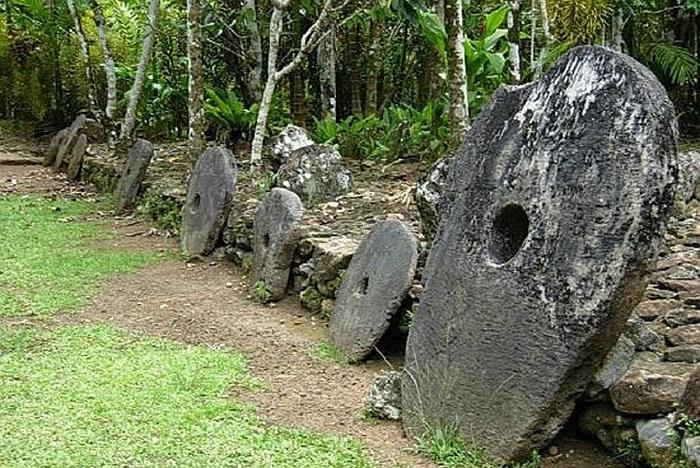 Tại đảo Yap thuộc quần đảo Solomon hiện vẫn còn lưu giữ những đồng tiền lớn nhất và kỳ lạ nhất thế giới, đá Rai. Đá Rai có hình tròn với một cái lỗ ở giữa. Đường kính của đá Rai có thể đạt tới 3,6 m và nặng tới 8 tấn.