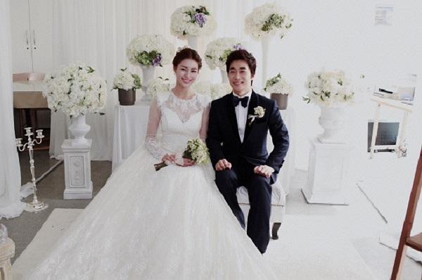 Nữ ngôi sao giày thủy tinh Kim Jung Hwa chính thức lên kiệu hoa cùng chồng là nhà truyền giáo Yoo Eun Sung vào ngày 24/8.