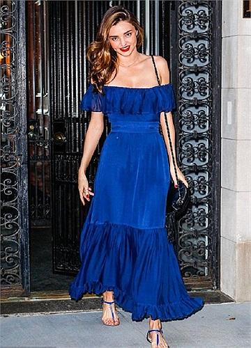 Siêu mẫu Úc Miranda Kerr diện váy Maxi xanh điệu đà đi ủng hộ chồng Orlando Bloom diễn vở kịch kinh điển Romeo & Juliet trên sân khấu Richard Rodgers Theatre hôm 26/8.