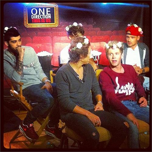 One Direction được fan tặng vòng hoa ngộ nghĩnh.