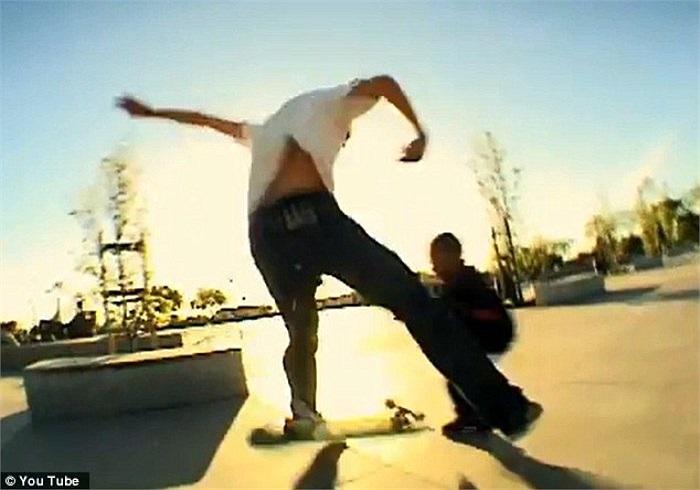 Các bức ảnh mô tả cảnh một chàng trai đang trượt ván trên một con phố ở bang California, Mỹ.