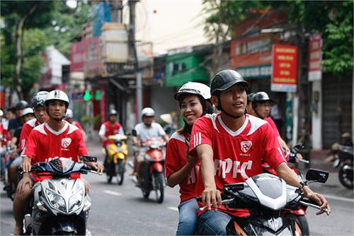 Lộ trình sáng nay của đoàn diễu hành có điều đặc biệt khi đi ngang qua khách sạn mà chính đội bóng XMV.Hải Phòng đang ở để chuẩn bị thi đấu với đội khách Đồng Tâm Long An.