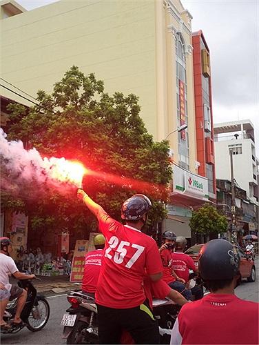 Đốt pháo sáng trên đường phố.