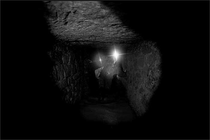 Những con người ưa mạo hiểm đã cùng nhau khám phá thế giới đáng sợ này chỉ với những chiếc đèn thợ mỏ và đôi ủng cao su giản dị.