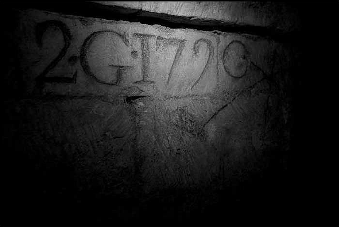 Người ta đã thực hiện đánh dấu tại những địa điểm quan trọng bên dưới đường hầm để ghi chép và định vị chúng.