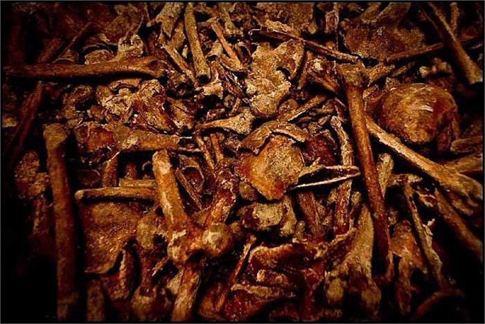 Có nhiều đường hầm chất đầy những đống xương khô đã tồn tại qua nhiều thế kỷ.
