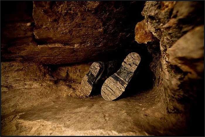 Việc xâm nhập vào những đường hầm này chứa đầy nguy hiểm rủi ro, chưa kể đến việc chính quyền địa phương nghiêm cấm và sẽ phạt nặng những người vi phạm.