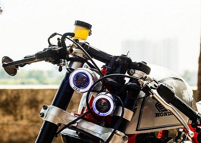Cụm đèn pha bi xenon được thiết kế độc đáo kiểu gương cầu đặt chéo nhau.