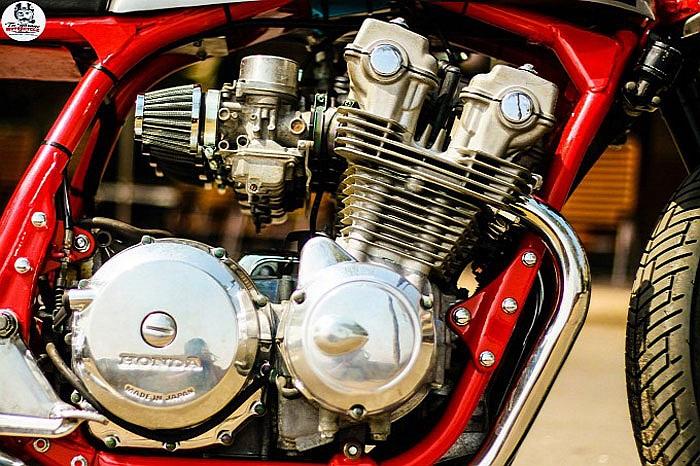 Động cơ xe vẫn được giữ nguyên bản với dung tích 750cc, 4 xi-lanh, cam đôi DOHC, kèm 4 bộ chế hòa khí, mang lại công suất 68 mã lực tại 9.000 vòng/phút và mô-men xoắn cực đại 58 Nm tại 8.000 vòng/phút.