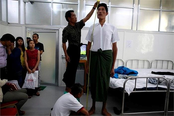 Win Zaw Oo, 36 tuổi, có chiều cao lên đến 2,33 mét, là người đàn ông cao nhất Myanmar.