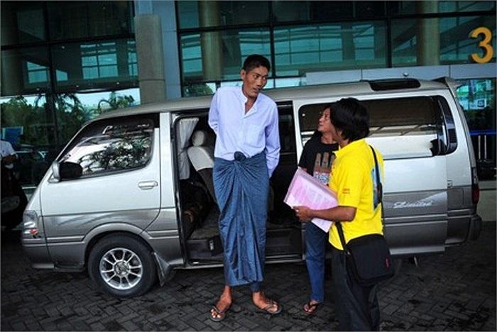 Anh Zaw trong ngày đầu tiên đến Singapore. Vì kích cỡ của mình, anh phải di chuyển bằng một xe du lịch tầm trung thay vì đi bằng các xe taxi thông thường.
