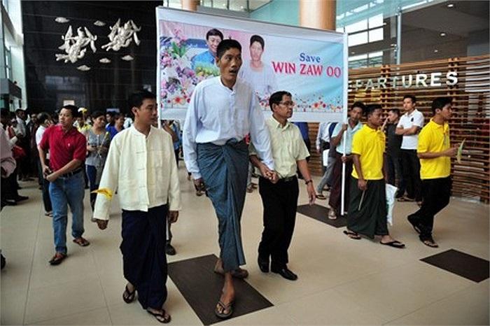 Trong một lần phỏng vấn báo chí, anh Zaw cho biết anh luôn cảm thấy mệt mỏi và khó chịu.
