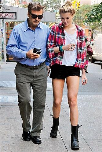 Ireland Baldwin là con gái của nam tài tử Alec Baldwin - diễn viên chính của 'Trân Châu Cảng' - và nữ diễn viên Kim Basinger