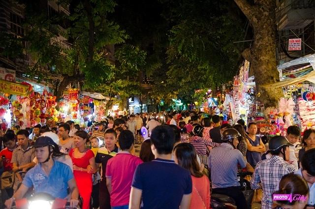 Những tuyến phố Hàng Mã, Đồng Xuân, Hàng Lược trở nên nhộn nhịp, đông đúc với các mặt hàng chào đón Tết Trung thu được bày bán la liệt.