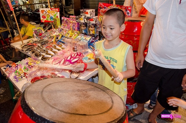 Trống – đồ chơi truyền thống vẫn giữ được sức hút của nó đối với các em nhỏ và thậm chí cả người lớn.