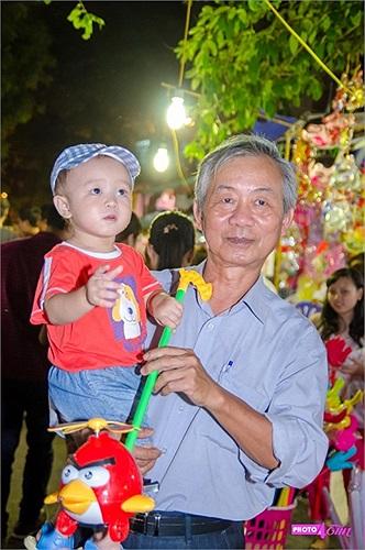 Thời tiết mát mẻ nên nhiều gia đình cho các em nhỏ đi chơi, dạo phố và ngắm phố đèn lồng trung thu.