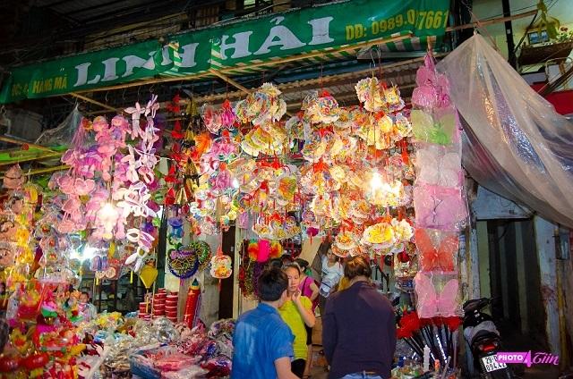 Gian hàng nào trên phố Hàng Mã cũng bán đầy đủ các loại đồ chơi trung thu.