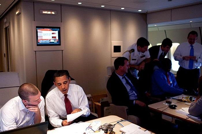 Ông Obama hội đàm với 'giám đốc diễn thuyết' Jon Favreau trên chuyến bay Air Force One đến Paris năm 2009. Phía trước mặt là hai chiếc BlackBerry đen và bạc.