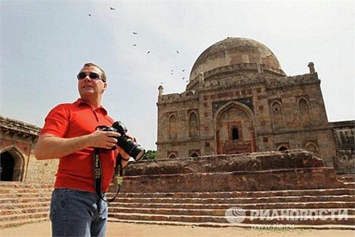 Ông cũng sở hữu những chiếc máy ảnh đắt tiền vì sở thích chụp ảnh của mình