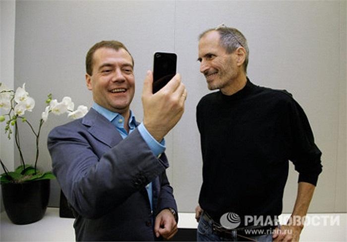 Ông Dmitry Medvedev cũng rất 'mê' các sản phẩm của Apple. Hồi tháng 6/2010, ông Medvedev đã tới thăm trụ sở của hãng Apple tại Mỹ và trở thành công dân Nga đầu tiên sở hữu chiếc điện thoại thông minh iPhone 4
