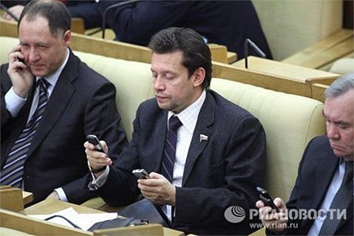 Những nghị sĩ Nga khác cũng là tín đồ của công nghệ cao