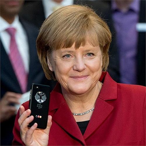 Trong hình ảnh đăng tải trên Bloomberg vào ngày 13/3 vừa qua, Thủ tướng Đức Angela Merkel đang cầm trên tay một chiếc điện thoại 'Dâu đen' BlackBerry 10 cải tiến