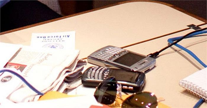 Tổng thống Mỹ Obama sử dụng BlackBerry 8830 từ năm 2008 khi ông mới nhậm chức. Tuy nhiên, Cục An ninh quốc gia Hoa Kỳ (NSA) đã tìm thấy 16 lỗ hổng trong hệ thống bảo mật của BlackBerry, khiến chiếc điện thoại của ông Obama dễ dàng bị hacker tấn công