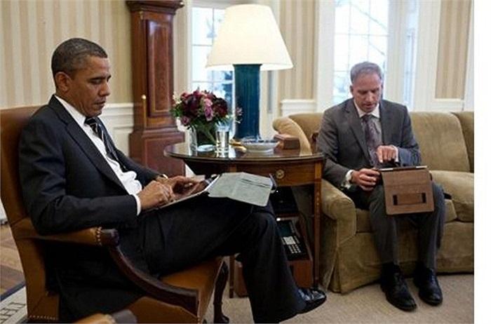 Một bức ảnh được đăng trên trang Web của Giám đốc tình báo quốc gia cho thấy Tổng thống Obama đang sử dụng một chiếc iPad để cập nhật những thông tin quốc tế và các hoạt động tình báo Mỹ đang diễn ra ở nước ngoài.