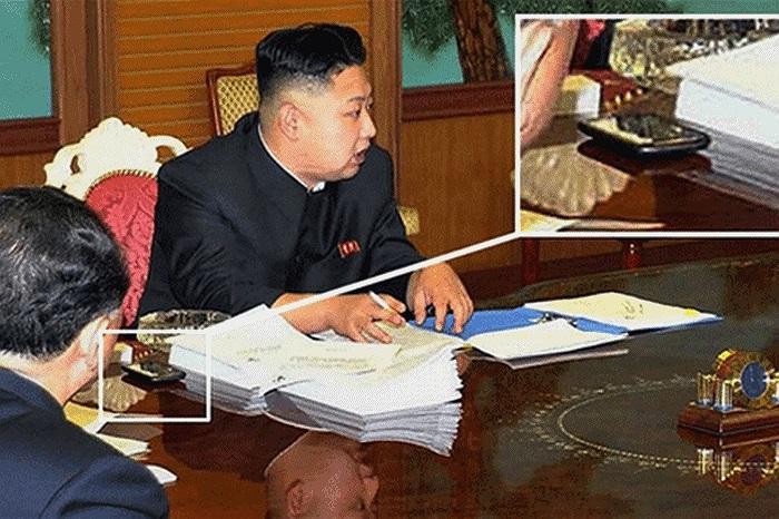 Nhà lãnh đạo trẻ của Triều Tiên - ông Kim Jong-un được cho là đang dùng một chiếc điện thoại phiên bản mới nhất của HTC, theo tờ nhật báo JoongAng của Hàn Quốc. Chiếc điện thoại này có thể được vị lãnh đạo Triều Tiên sử dụng để liên lạc với gia đình