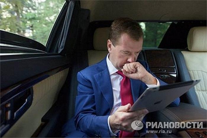 Hồi tháng 5/2010, ông Medvedev (Tổng thống Nga bấy giờ) tiết lộ rằng ông sở hữu một chiếc máy tính bảng iPad và nhờ có nó mà ông bắt đầu đọc sách trực tuyến. Ông cũng thú nhận thích tất cả các sản phẩm công nghệ cao.