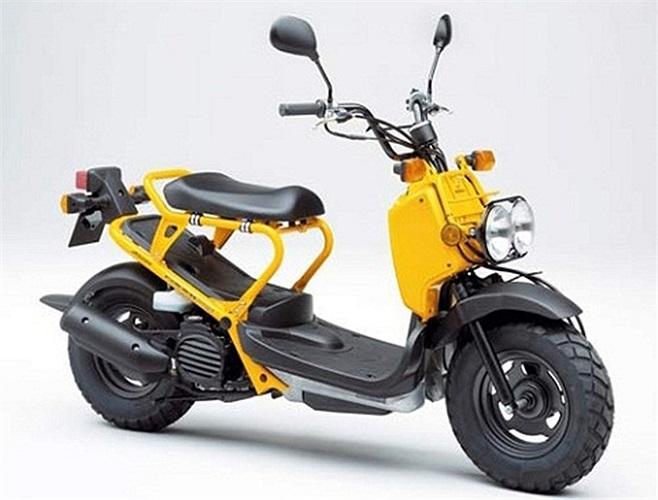 Ngoài ra Cường Đô la còn sở hữu chiếc xe 2 bánh độc đáo Honda Zoomer, dung tích xilanh 50cc và không bao giờ có thể cán mức tốc độ 100km/h.