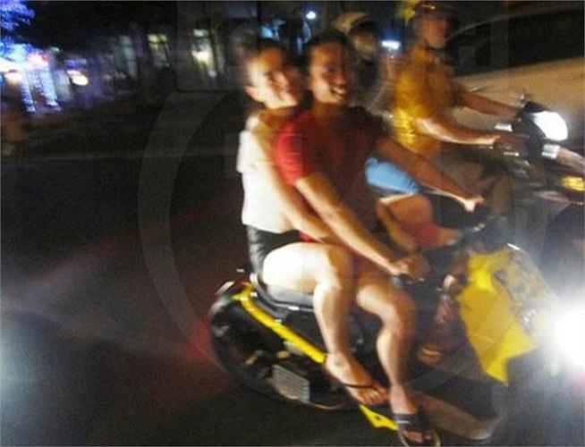 Vợ chồng Cường Đô la - Hà Hồ từng vi vu cùng chiếc xe này trên phố nhưng không đội mũ bảo hiểm