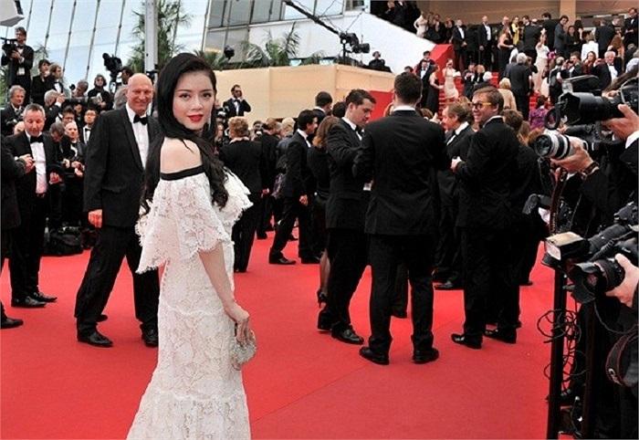 Người đẹp diện váy 2 tỷ trên thảm đỏ Cannes.
