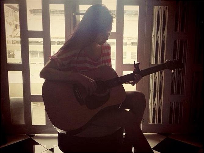 Elly Trần học chơi guitar.